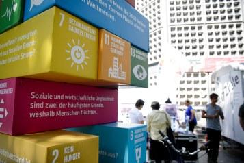 """Mitmach-Aktion: Riesiges """"SDG-Jenga"""" am SDG-Stand auf der Fanmeile am Breitscheidplatz. Berlin, 07.08.2018. Copyright: Janine Schmitz/ photothek.net"""